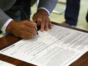 里海共同宣言 合意した内容が印刷され、参加国・地域の代表者が署名